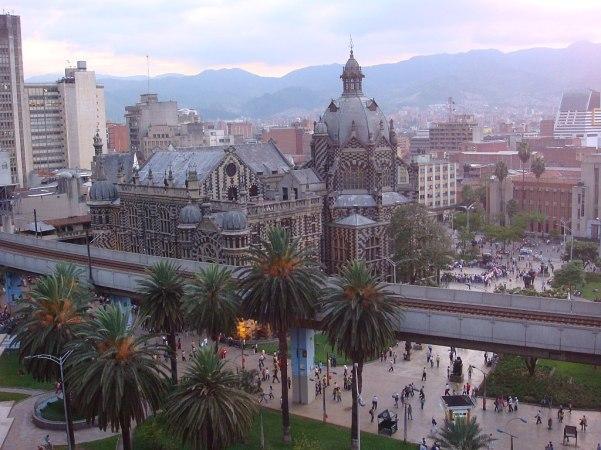 1024px-Vista_do_centro_da_cidade_(Downtown_view),_Medellin,_Colombia